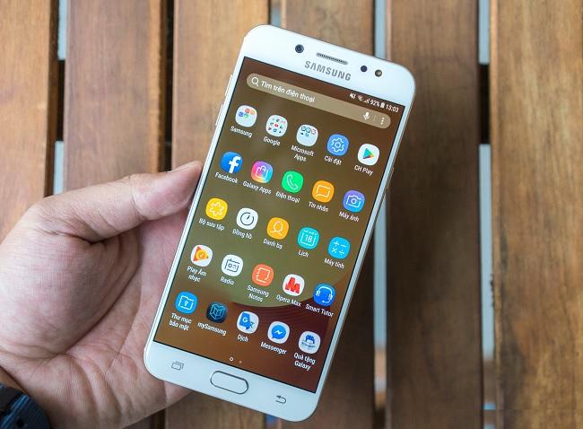 Đập hộp Galaxy J7+: Hoàn thiện như smartphone cao cấp