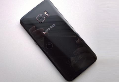 Nắp lưng Galaxy S7 Edge bị vỡ, làm cách nào để thay thế?