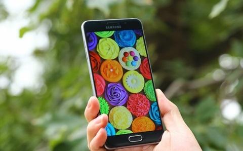 Để giúp bạn hình dung, Galaxy A7 2015 mỏng 6.3mm trong khi A7 2016 là  7.3mm, nghĩa là dày hơn 1mm, tuy nhiên điều đó không ảnh hưởng gì đến trải  nghiệm.