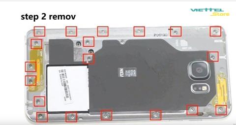 Bạn sử dụng tô-vít chuyên dụng và tháo các con ốc ở vị trí đã đánh dấu trong hình