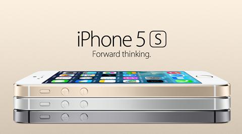 """iPhone 5s vẫn có kiểu dáng đẹp và được cho là cầm rất vừa tay iPhone 5S 8GB kế thừa thành công của iPhone 5S trước đó Thừa hưởng một thiết kế tinh tế với khung nhôm nguyên khối vốn có của iPhone 5, iPhone 5S ra đời đã làm đúng với bản sắc của Apple khi đảm nhận nhiệm vụ của phiên bản """"S"""". Thiết kế tinh xảo với các màu tùy chọn phong phú, iPhone 5S Gold được rất nhiều người lựa chọn, đặc biệt là phụ nữ. Được mệnh danh là chiếc điện thoại thành công nhất năm 2013, iPhone 5S bấy giờ là một chiếc điện thoại có cảm biến vân tay đầu tiên của Apple. Người dùng vốn rất hiểu Apple kể từ khi iPhone 3Gs cho tới iPhone 4s ra đời, """"ông lớn"""" đến từ nước Mỹ đã có rất nhiều tính toán trong cuộc chạy đua smartphone khi có số lượng nâng cấp nhỏ giọt nhưng chất lượng. Năm 2013 là một năm bùng nổ về độ lớn của màn hình điện thoại khi các hãng đối thủ liên tục tung ra những chiêu bài cạnh tranh như màn hình lớn hơn, hỗ trợ NFC hay đơn giản là một viên pin với thời lượng khủng. iPhone 5S được mệnh danh là smartphone tốt nhất của năm 2013 Tuy nhiên Apple """"một mình một ngựa"""" làm chậm lại xu hướng phát triển với một nâng cấp ở mức vừa phải, đủ để khách hàng của họ cảm thấy """"sướng vừa đủ"""". Năm 2013, các fan của Apple mong muốn một thiết bị mới có màn hình lớn hơn iPhone 5 một chút, dung lượng pin cao hơn một chút và đặc biệt phải có sự nâng cấp đáng kể về camera. Đưa ra một luật chơi cố định và buộc khách hàng phải tuân theo, iPhone 5s đã tạo được sự thành công lớn với Touch ID, công nghệ cảm biến vân tay tiện lợi được tích hợp lần đầu tiên lên sản phẩm của hãng, dung lượng pin tăng lên một chút và đặc biệt là camera có tốc độ chụp tăng cao và sáng hơn rất nhiều. Theo đó, iPhone 5S được ra đời với các phiên bản 16/32/64Gb Có nên mua iPhone 5S 8G không? Sau khi iPhone 6s và 6s Plus được ông lớn Apple giới thiệu vào ngày 9/9 vừa qua, hãng này đã bất ngờ tung ra phiên bản iPhone 5s 8GB dành cho một số thị trường Châu Á. Được biết, model mới sẽ thay thế cho chiếc điện thoại giá rẻ iPhone 5C vừa """