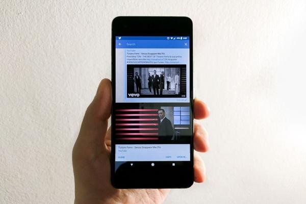 Bạn có biết cách vừa lướt web vừa xem video trên điện thoại?