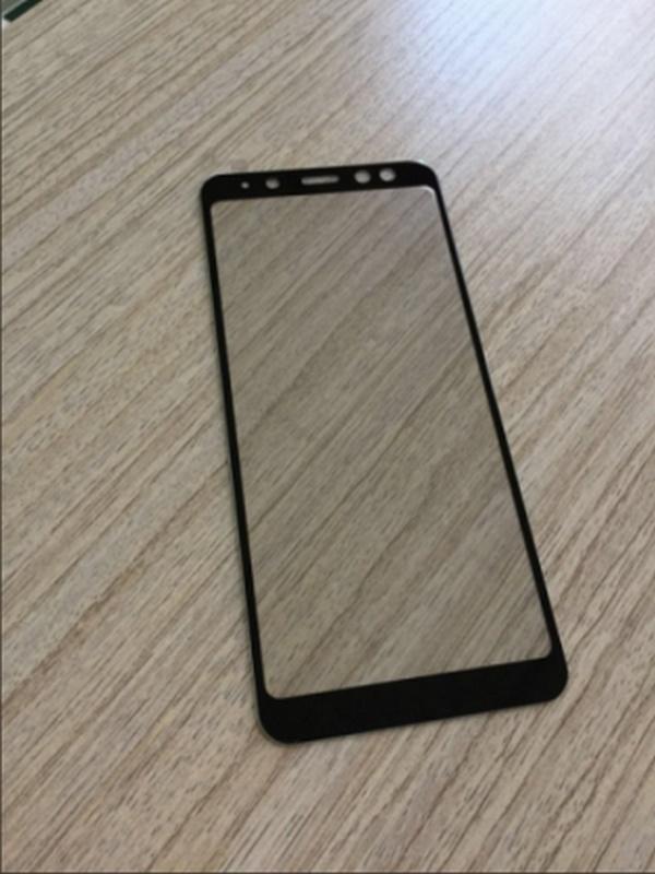Hình ảnh Galaxy A8 2018cũng tiết lộ rằng máy sở hữu hai viền cạnh bên cong mềm mại, viền trên cho thấy nhiều lỗ tròn, dự kiến là nơi chứa camera kép
