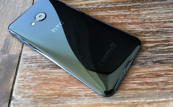 Đánh giá HTC U Play: Thiết kế lịch thiệp, bóng bẩy