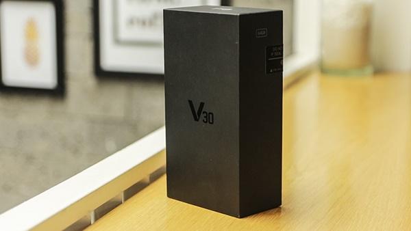 Vỏ hộp mang màu đen cuốn hút, có mã hiệu V30 phía trên