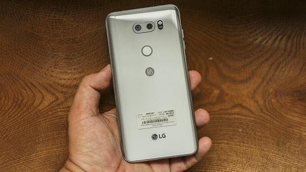Mặt lưng kính được bo cong 2.5D, tạo cảm giác đầu tiên khi cầm LG V30 là rất nhẹ và ôm tay.