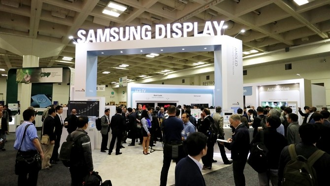 Samsung Display là nhà cung ứng màn hình OLED số lượng lớn duy nhất trên thị trường, cung ứng màn hình cho smartphoneSamsung và iPhone X của Apple