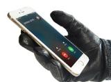 Mẹo hay giúp bạn mở khóa điện thoại không cần tháo găng tay
